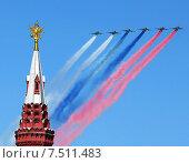 Купить «Самолеты над Кремлевской башней», фото № 7511483, снято 7 мая 2015 г. (c) Владимир Приземлин / Фотобанк Лори