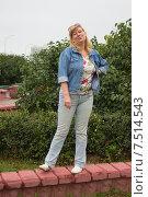 Женщина в синей куртке. Стоковое фото, фотограф Игорь Ворожбитов / Фотобанк Лори