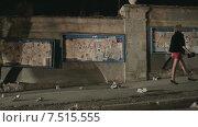 Купить «Красивая женщина в коротком платье в туфлях на высоких каблуках идет одна по ночному городу», видеоролик № 7515555, снято 15 апреля 2015 г. (c) Denis Mishchenko / Фотобанк Лори