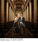 Модная пара - мужчина и женщина - с автоматами в церкви. Стоковое фото, фотограф katalinks / Фотобанк Лори