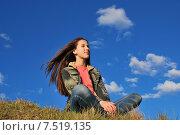 Купить «Девочка мечтает, сидя на траве», фото № 7519135, снято 30 мая 2015 г. (c) Ирина Здаронок / Фотобанк Лори