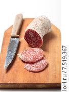 Колбаса салями и нож на деревянной доске. Стоковое фото, фотограф Яна Королёва / Фотобанк Лори