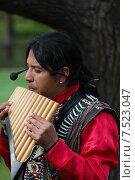 Индеец играет на национальнм духовом инструменте - най (2015 год). Редакционное фото, фотограф Евгения Кирильченко / Фотобанк Лори