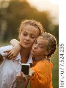 Купить «Две подруги делают селфи», фото № 7524235, снято 4 августа 2014 г. (c) Оксана Ковач / Фотобанк Лори