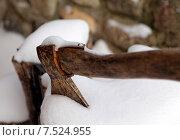 Старый топор в снегу. Стоковое фото, фотограф Павел Нефедов / Фотобанк Лори