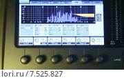 Купить «Индикатор аудиомикшера двигается в такт музыке на мониторе», видеоролик № 7525827, снято 5 июня 2015 г. (c) Иван Четвериков / Фотобанк Лори