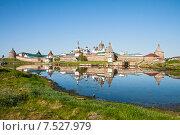 Соловецкий монастырь отражается в воде бухты Благополучия, фото № 7527979, снято 11 июня 2014 г. (c) Юлия Бабкина / Фотобанк Лори