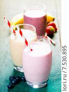 Купить «Фруктовые коктейли в стаканах с трубочкой», фото № 7530895, снято 8 мая 2015 г. (c) Наталия Кленова / Фотобанк Лори