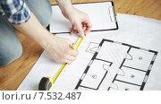 Купить «close up of male hands measuring blueprint», видеоролик № 7532487, снято 28 марта 2015 г. (c) Syda Productions / Фотобанк Лори