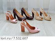 Купить «Модные красивые женские туфли на полу», фото № 7532607, снято 24 мая 2015 г. (c) Володина Ольга / Фотобанк Лори