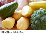 Купить «close up of potatoes, broccoli and avocado», фото № 7533459, снято 14 мая 2015 г. (c) Syda Productions / Фотобанк Лори