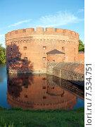Купить «Башня Дер-Дона (Der Dona) отражается в воде,  город Калининград. До 1946 года Кёнигсберг», эксклюзивное фото № 7534751, снято 7 июня 2015 г. (c) Svet / Фотобанк Лори