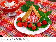 Купить «Десерт в виде домика из клубники, творога и печенья», эксклюзивное фото № 7536603, снято 6 июня 2015 г. (c) Blekcat / Фотобанк Лори