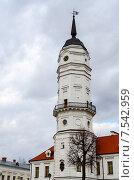 Купить «Башня городской ратуши на фоне хмурого весеннего неба, Могилёв, Беларусь», фото № 7542959, снято 23 апреля 2015 г. (c) Ольга Коцюба / Фотобанк Лори