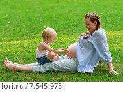 Купить «Маленький мальчик изучает живот своей беременной матери», фото № 7545975, снято 23 августа 2014 г. (c) 1Andrey Милкин / Фотобанк Лори
