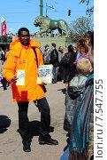 Купить «Санкт-Петербург. Молодой человек приглашает на водную экскурсию», фото № 7547755, снято 9 мая 2015 г. (c) EgleKa / Фотобанк Лори