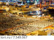 Грузовой терминал в промышленном порту с контейнерами и автомобилями. Стоковое фото, фотограф Горбач Елена / Фотобанк Лори