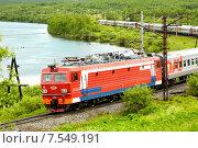 Пассажирский поезд двигающийся вдоль реки (2015 год). Редакционное фото, фотограф Юрий Винокуров / Фотобанк Лори
