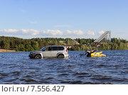 Купить «Мужчина загружает скутер на прицеп прямо в воде», фото № 7556427, снято 13 июня 2015 г. (c) Ивашков Александр / Фотобанк Лори