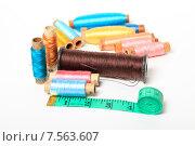 Купить «Катушки с разноцветными нитками и сантиметр», эксклюзивное фото № 7563607, снято 14 июня 2015 г. (c) Яна Королёва / Фотобанк Лори