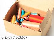 Купить «Катушки с разноцветными нитками в коробке», эксклюзивное фото № 7563627, снято 14 июня 2015 г. (c) Яна Королёва / Фотобанк Лори