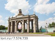 Купить «Главный вход ВДНХ. Москва. Россия», фото № 7574739, снято 14 июня 2015 г. (c) Екатерина Овсянникова / Фотобанк Лори