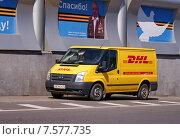 Купить «Микроавтобус Ford - немецкая почта DHL», фото № 7577735, снято 18 июня 2015 г. (c) Павел Кричевцов / Фотобанк Лори