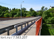 Купить «Автомобильный мост через реку Клязьму (Шапкин мост). Королев, Московской области», эксклюзивное фото № 7583207, снято 2 июня 2015 г. (c) lana1501 / Фотобанк Лори
