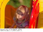 Счастливая девочка в пластмассовом домике. Стоковое фото, фотограф Евгений Андреев / Фотобанк Лори