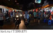 Купить «People walk and drive at the night Ben Thanh market», видеоролик № 7599871, снято 27 марта 2015 г. (c) Александр Подшивалов / Фотобанк Лори