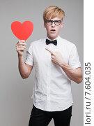 Купить «Молодой мужчина с красным бумажным сердечком в руках», фото № 7604035, снято 24 апреля 2015 г. (c) Дмитрий Булин / Фотобанк Лори