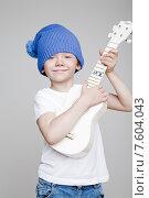 Купить «Мальчик у синей шапке играет на игрушечной гитаре», фото № 7604043, снято 27 апреля 2015 г. (c) Дмитрий Булин / Фотобанк Лори
