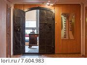Купить «Вход в технический музей в Нижнем Новгороде», эксклюзивное фото № 7604983, снято 19 апреля 2015 г. (c) Константин Косов / Фотобанк Лори