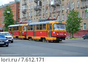 Купить «Трамвай 26 маршрута идет по улице Кржижановского (Москва)», эксклюзивное фото № 7612171, снято 10 июня 2015 г. (c) Александр Замараев / Фотобанк Лори