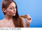 Портрет девушки с украшениями на голубом фоне. Стоковое фото, фотограф Александр Сысоев / Фотобанк Лори
