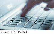 Купить «Онлайн покупка с помощью кредитной карты», видеоролик № 7615791, снято 28 июня 2015 г. (c) Валерия Потапова / Фотобанк Лори