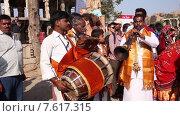 Купить «Люди празднуют праздник бога, который защищает их. Фестиваль Гангаур в Индии», видеоролик № 7617315, снято 27 июня 2015 г. (c) Василий Кочетков / Фотобанк Лори
