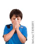 Купить «Мальчик в синей футболке чистит нос на белом фоне», фото № 7619811, снято 29 июня 2015 г. (c) Emelinna / Фотобанк Лори