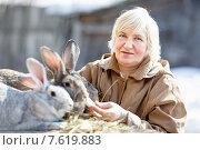 Женщина-фермер с кроликами. Стоковое фото, фотограф Евгений Чернецов / Фотобанк Лори