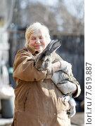 Женщина-фермер держит кролика. Стоковое фото, фотограф Евгений Чернецов / Фотобанк Лори