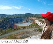 Купить «Девушка указывает на открытый карьер», фото № 7620559, снято 8 мая 2010 г. (c) Евгений Ткачёв / Фотобанк Лори