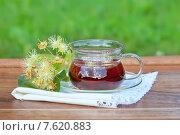 Купить «Чашка с липовым чаем, цветами липы на деревянном столе», фото № 7620883, снято 25 июня 2015 г. (c) Татьяна Белова / Фотобанк Лори