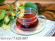 Купить «Чашка с липовым чаем, веточкой цветущей липы на белой салфетке», фото № 7620887, снято 25 июня 2015 г. (c) Татьяна Белова / Фотобанк Лори