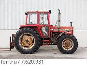 Иностранный трактор на фоне белой стены (2013 год). Редакционное фото, фотограф Павел Нефедов / Фотобанк Лори