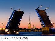 Вид на Петропавловскую крепость через пролеты Дворцового моста (2015 год). Редакционное фото, фотограф Слободинская Надежда / Фотобанк Лори