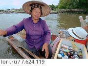 Купить «Продавец на лодке, плавучий рынок, река Чао Прайя, Бангкок, Таиланд», фото № 7624119, снято 17 августа 2018 г. (c) Некрасов Андрей / Фотобанк Лори