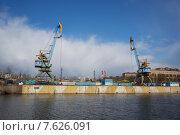 Подъемные краны у Москвы-реки (2015 год). Стоковое фото, фотограф Малахов Алексей / Фотобанк Лори