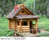 Кормушка для птиц в виде деревянного домика. Стоковое фото, фотограф Буркина Светлана / Фотобанк Лори