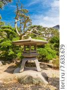 Купить «Традиционный японский каменный фонарь (торо) в парке замка Такамацу, г. Такамацу, префектура Кагава, о. Сикоку, Япония», фото № 7633679, снято 22 мая 2015 г. (c) Иван Марчук / Фотобанк Лори