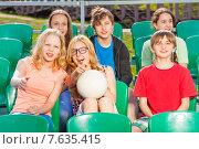 Купить «Дети болеют за свою команду на трибуне стадиона», фото № 7635415, снято 10 мая 2015 г. (c) Сергей Новиков / Фотобанк Лори